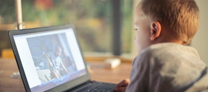 Η υπερβολική έκθεση των παιδιών σε οθόνες αυξάνει τον κίνδυνο για καρκίνο